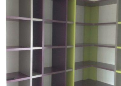 Bibliothèque d'angle entre murs