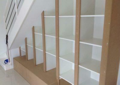 Bibliothèque sous pente avant peinture