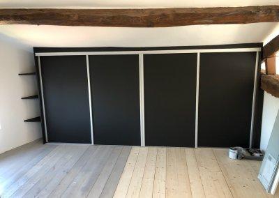 Placard sous pente 4 portes coulissantes finition perfect sense noir